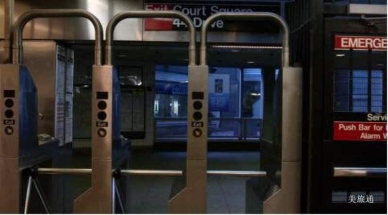 《纽约地铁的进站和出站》