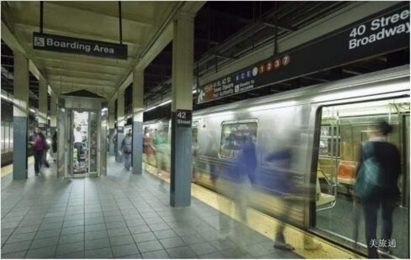 《纽约地铁的站台》