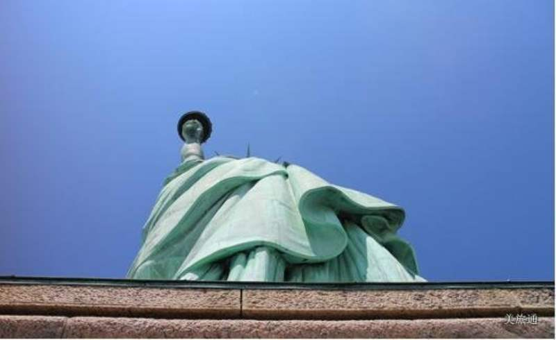 《自由女神像所在的岛上有什么?》